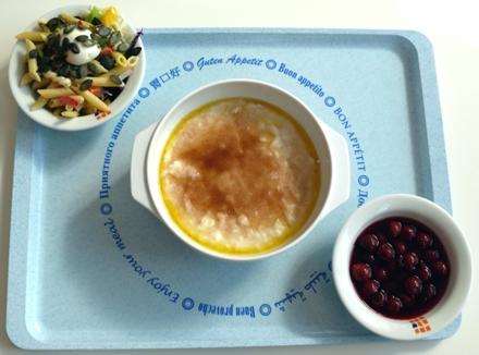 Milchreis mit Zucker und Zimt, Kirschkompott und kleiner Salat: Zusammen 2,20€.
