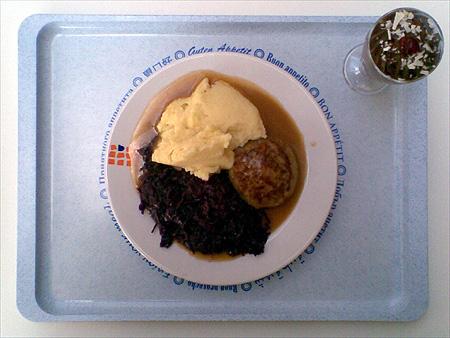 Frikadelle mit Kartoffelbrei, Rotkohl und dazu eine Mousse au Chocolat für zusammen 2,70€