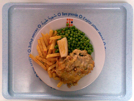 Schweinesteak mit Würzfleisch überbacken, dazu Pommes und Erbsen: 2,50€