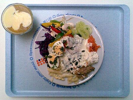 Salatteller und Apfelmus mit Vanillesoße für 3,00€