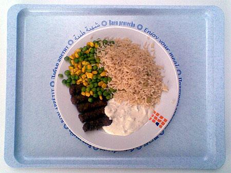 Cevapcici mit Tsatsiki, Reis und Erbsen-Mais-Gemüse: 2,40€