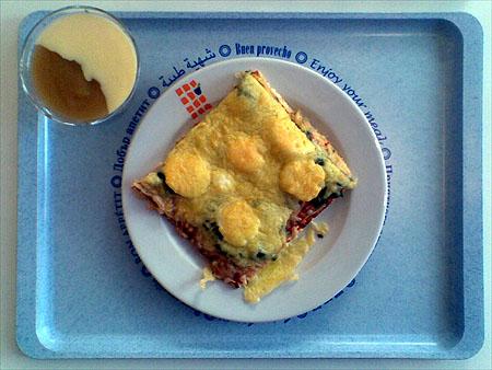 Pizza mit Spinat und EI, dazu einmal Apfelmus mit Vanillesoße: 2,00€
