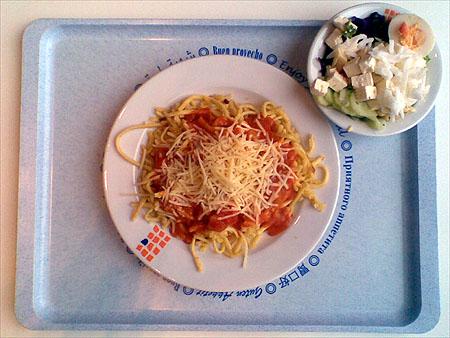 Käsespätzle mit Tomatensoße und Salat für 2,20 €
