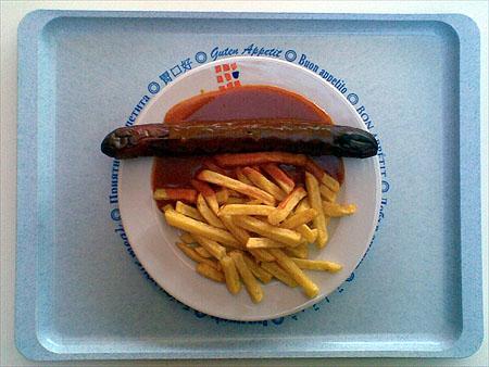 Riesencurrywurst mit Pommes: 2,20€